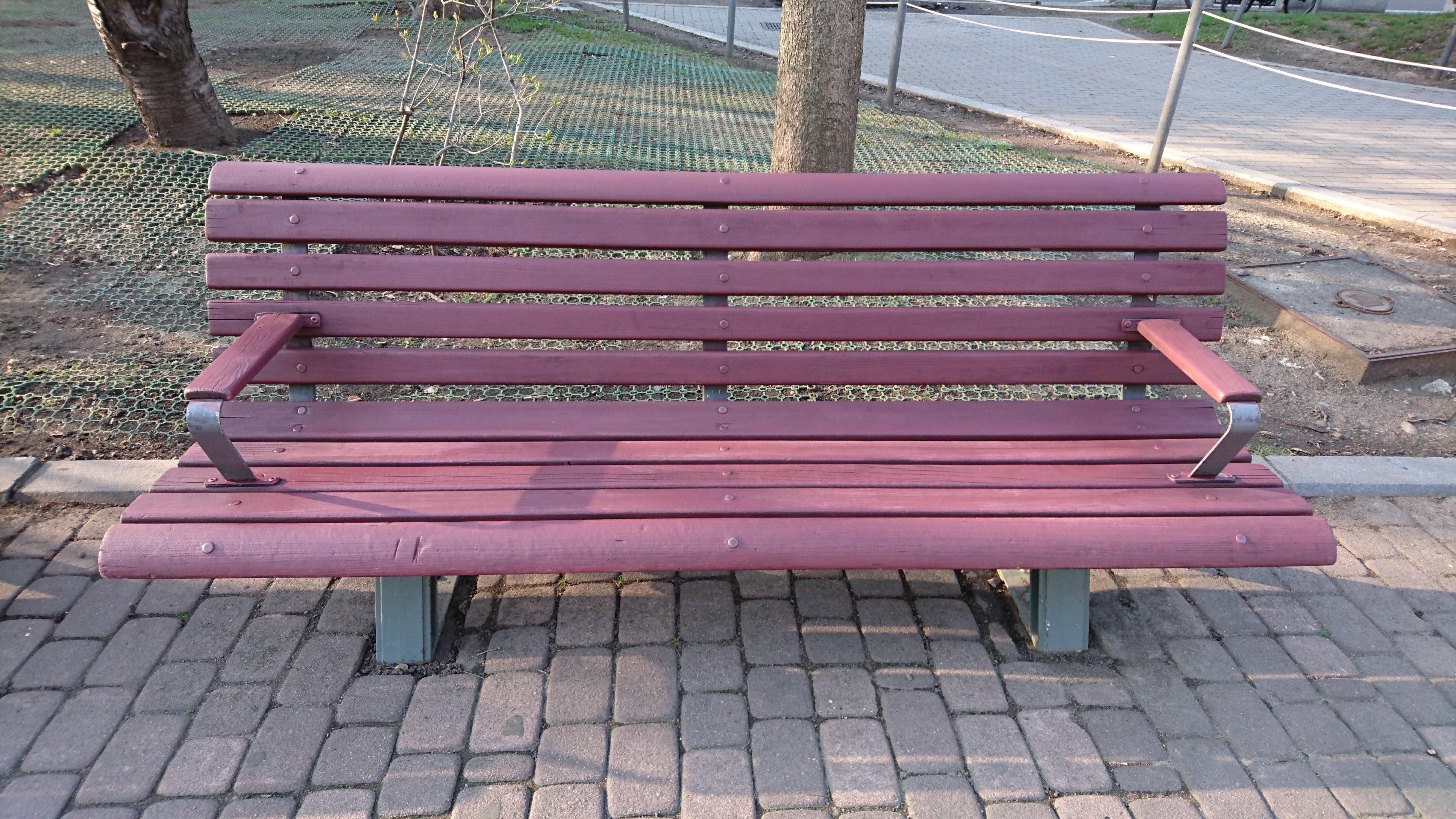 大通公園6・7丁目のベンチ塗り替え